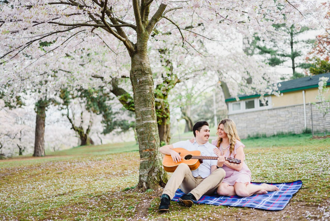 engagement pictures with the guitar